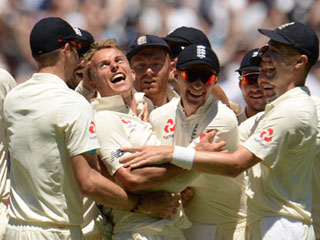 England cricket team celebrating